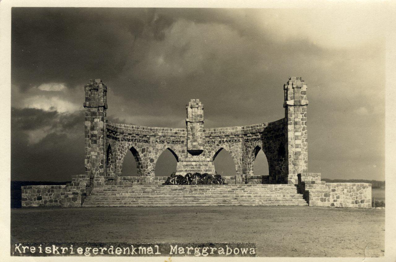 Pomnik wojenny w Olecku.