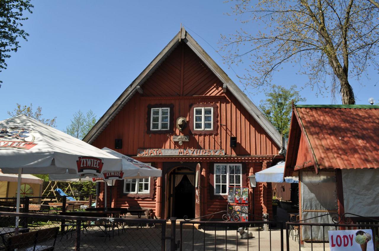 Chata Mazurska wzniesiona z bali w stylu mazurskim.