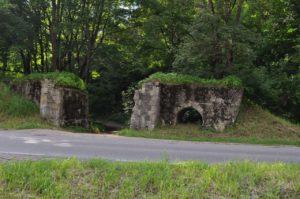 Zniszczony wiadukt dawnej kolejki wąskotorowej.
