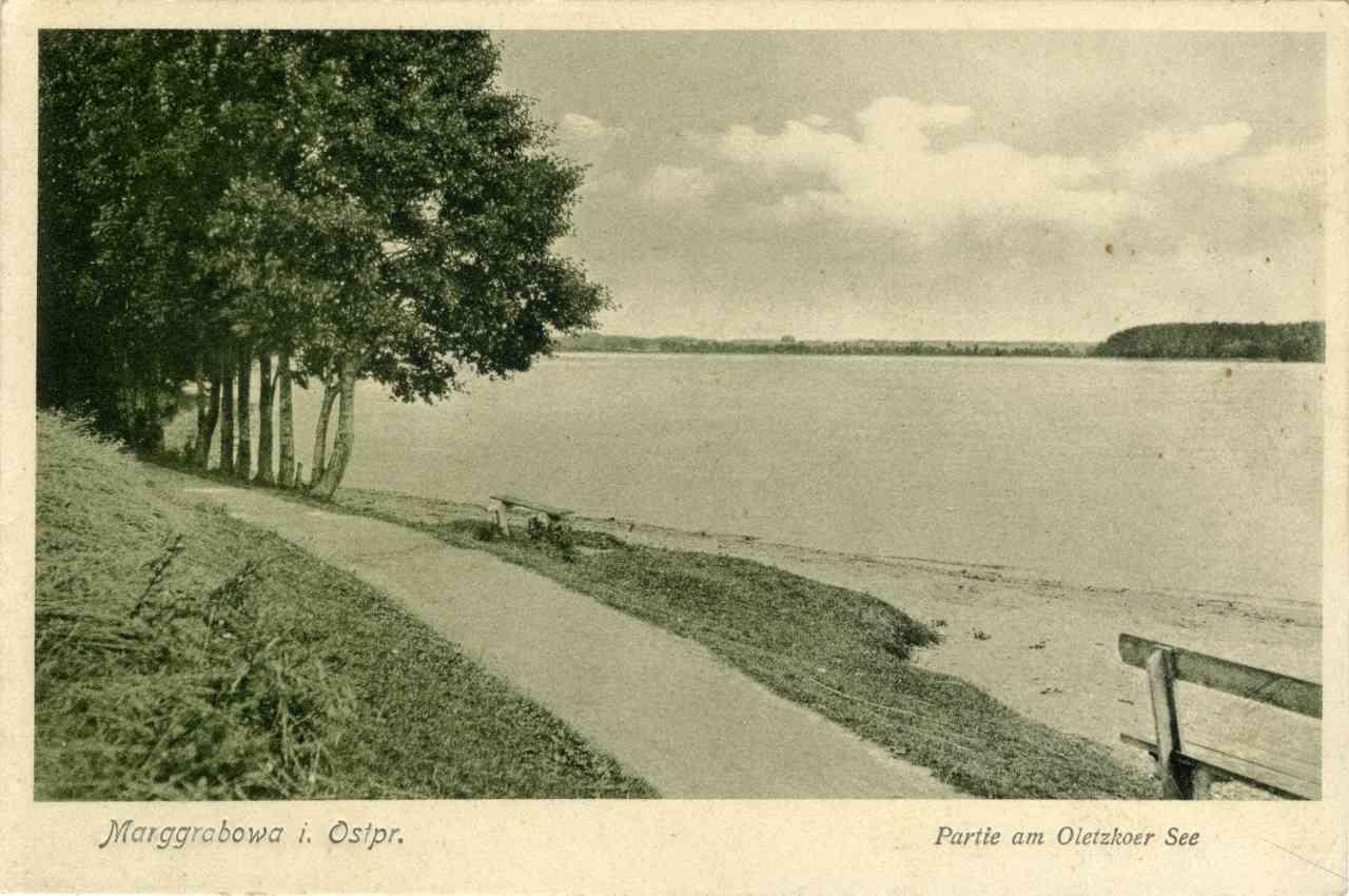 Ławka nad jeziorem.