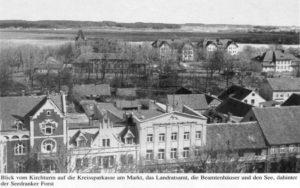 Widok z wieży kościelnej na budynek starostwa powiatowego i sąsiadującą zabudowę.