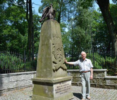 Odtworzony pomnik wojenny na cmentarzu ewangelickim.