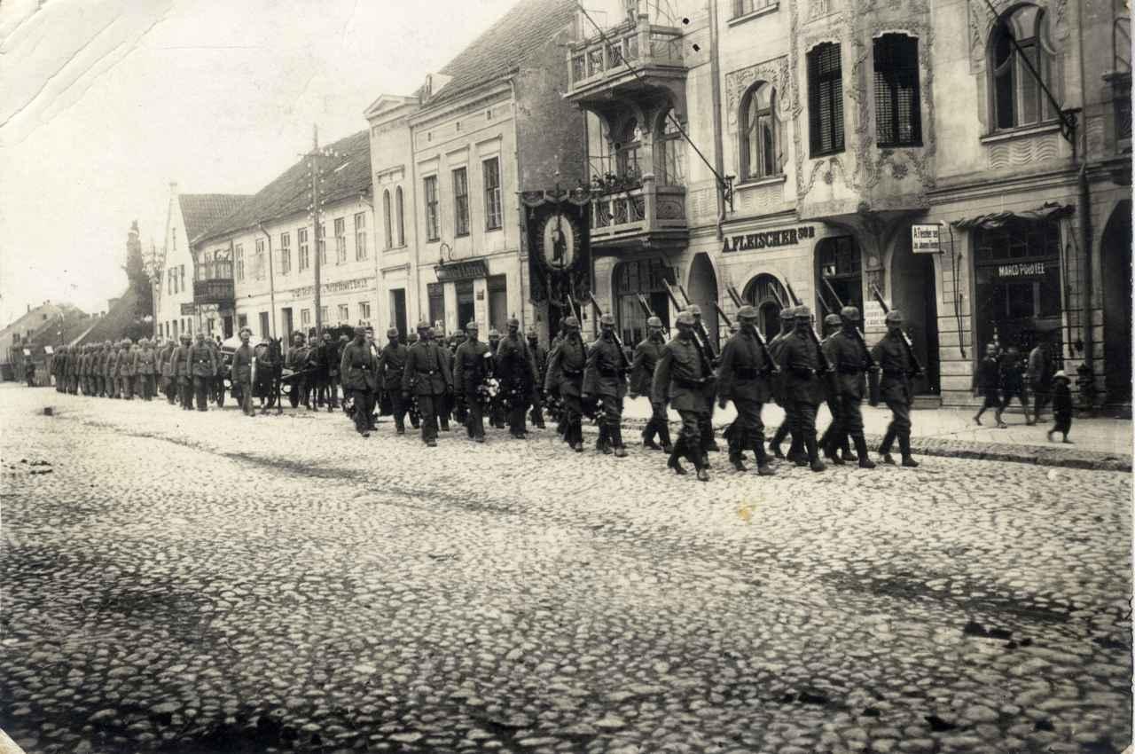 Wojskowy kondukt żałobny.