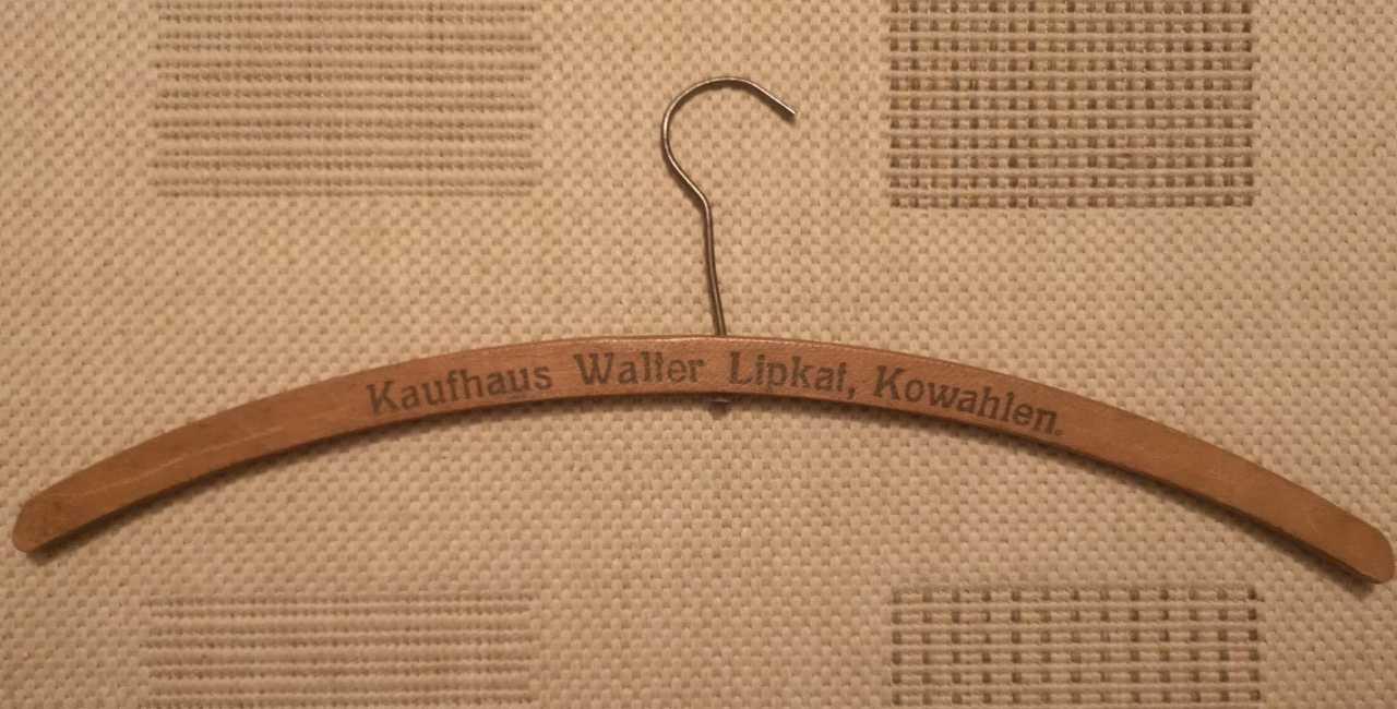 Wieszak z domu towarowego Waltera Lipkata.